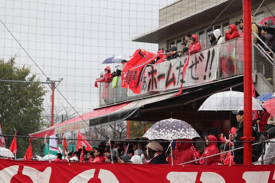 ACL決勝第2戦に向けて鼓舞する浦和のサポーター【写真:轡田哲朗】