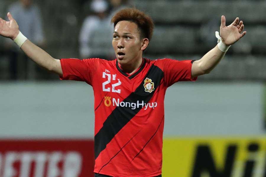 慶南FCのFW邦本宜裕の華麗なシャペウに称賛が集まる【写真:Getty Images】