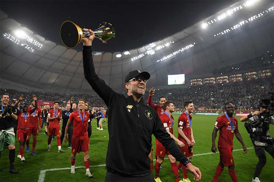 クラブワールドカップで優勝し、トロフィーをかかげるクロップ監督【写真:Getty Images】