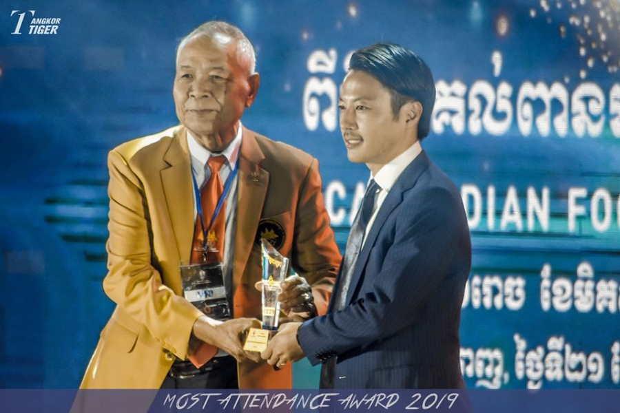篠田GM(右)率いるアンコールタイガーFCがカンボジアリーグ最多観客動員賞【写真提供:アンコールタイガーFC】