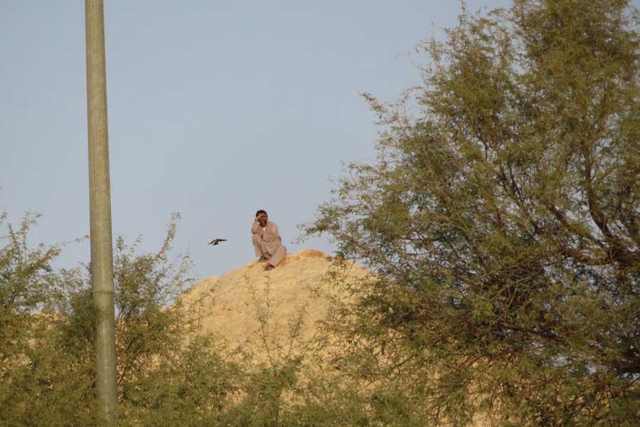 隣接する岩山からはトレーニング場が展望でき、スパイ行為も可能のようだ【写真:Football ZONE web】