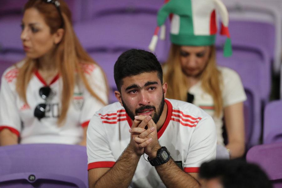 日本に敗れ、涙を流すイランサポーター【写真:ⒸAFC】