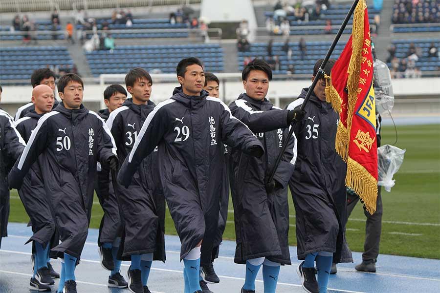 GK米田世波の活躍もあり、PK戦の末駒を進めた徳島市立の選手たち(※写真は入場行進時の選手一同)【写真:Football ZONE web】