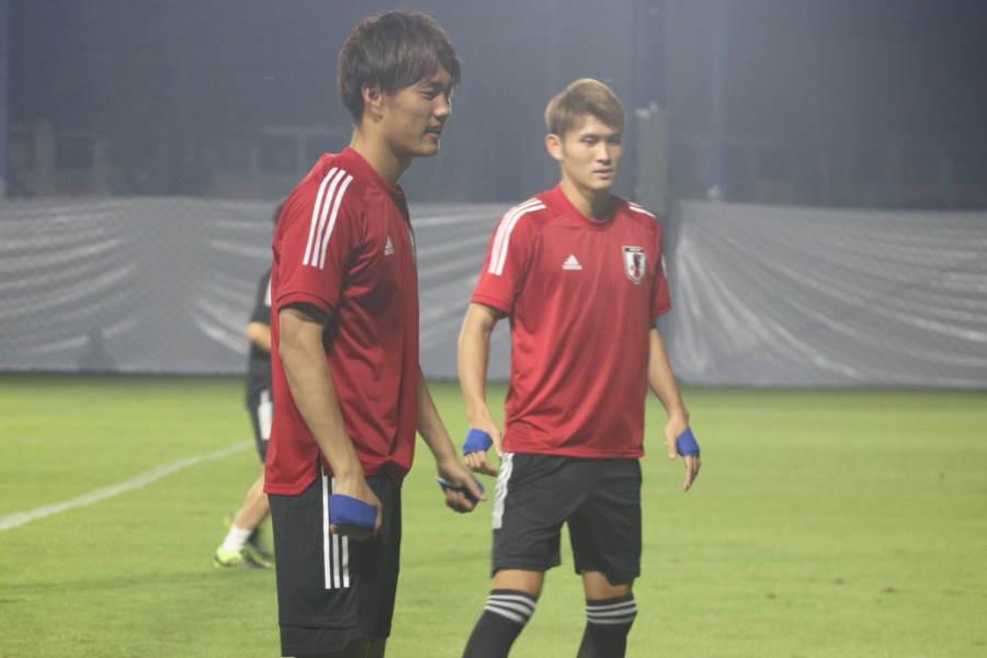 U-23日本代表は手に保冷剤を巻いてトレーニング(写真は小川&田川)【写真:Football ZONE web】