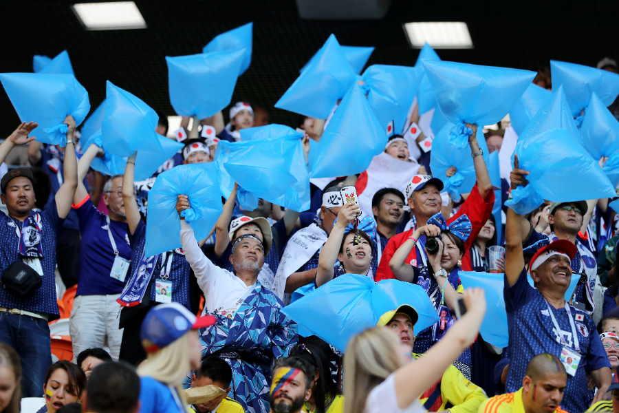 青いゴミ袋を持って応援するロシアW杯時の日本サポーター【写真:Getty Images】