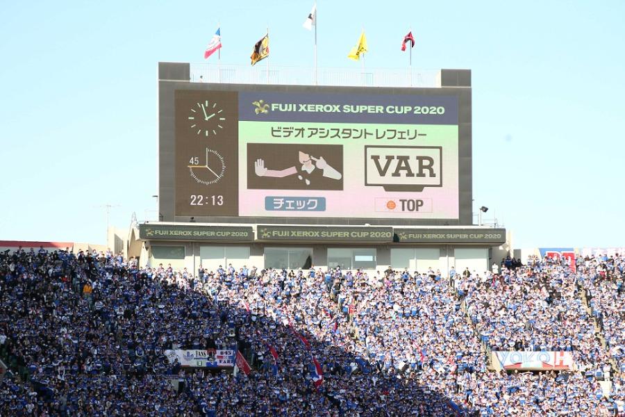 VARによるチェックが行われた瞬間【写真:石倉愛子】