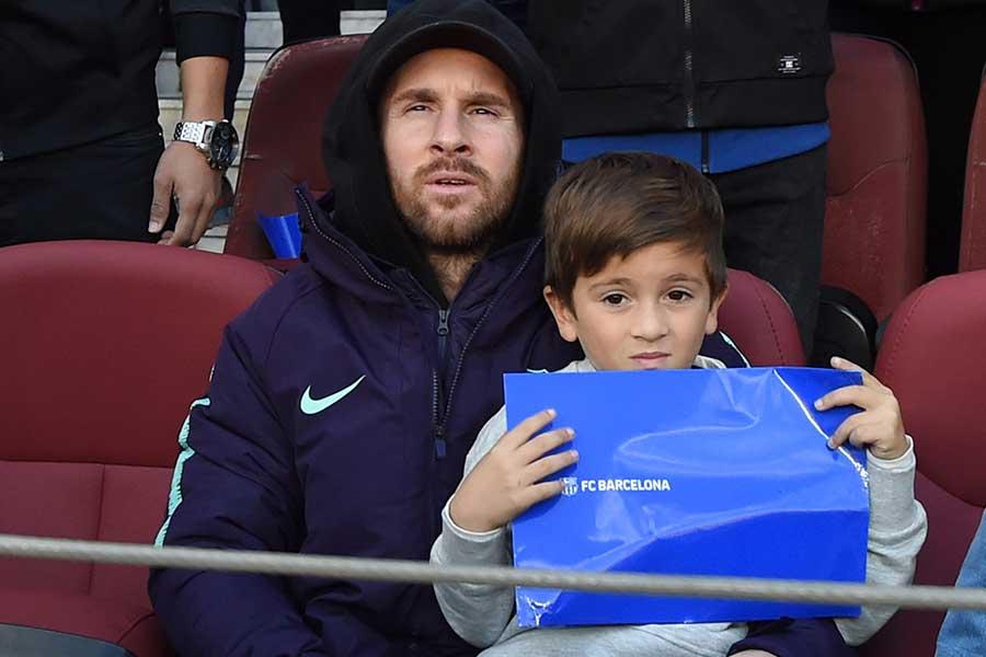 バルセロナFWリオネル・メッシと息子のチアゴくん【写真:Getty Images】