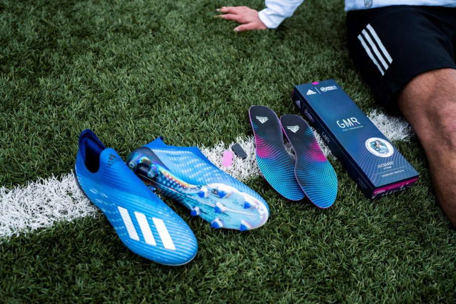 「EA SPORTS FIFA Mobile」と連動するタグを備えた「adidas GMR(ゲーマー)」【写真:©adidas】