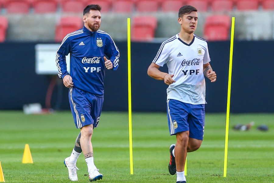 アルゼンチン代表FWパウロ・ディバラ(右)とFWリオネル・メッシ【写真:Getty Images】