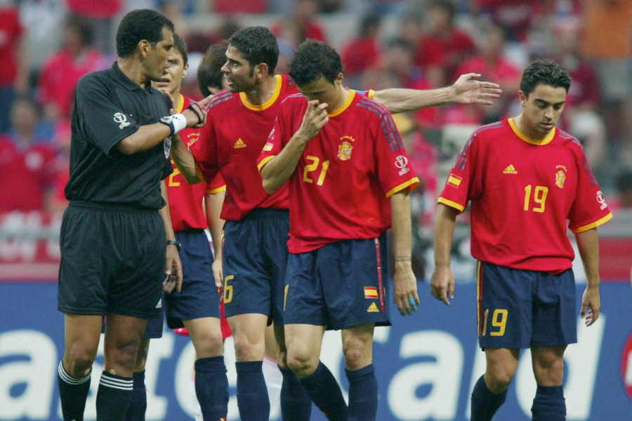 日韓W杯準々決勝の韓国戦で不可解判定に主審へ抗議するスペイン代表の選手たち【写真:Getty Images】