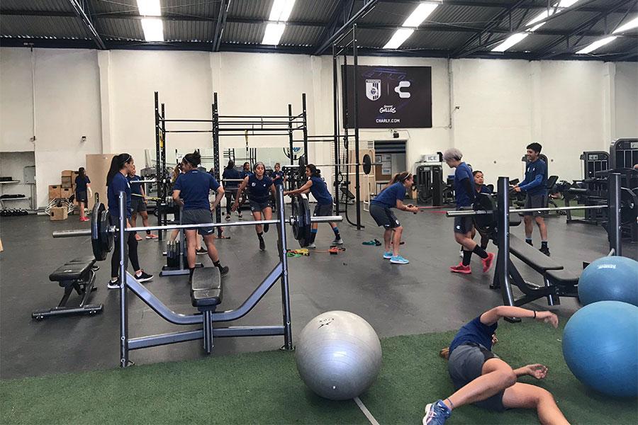 男子のトップチームと同じ施設を使い、筋力トレーニングを行うケレタロの女子の選手たち【写真:福岡吉央】
