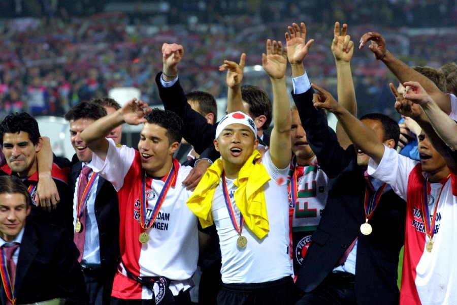 UEFAカップを制し喜ぶフェイエノールトの選手たち(中央は小野伸二)【写真:Getty Images】