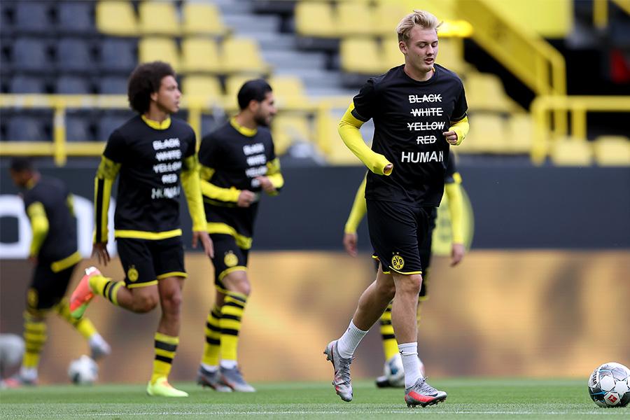 ドルトムントの選手たちがメッセージTシャツを着用してウォーミングアップ【写真:Getty Images】
