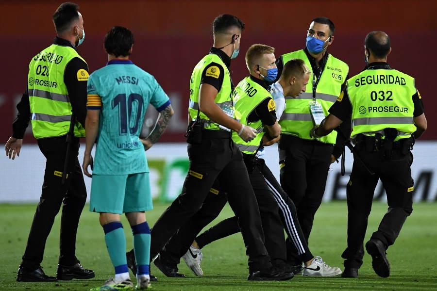 """マジョルカ対バルセロナの""""侵入者""""は警備員によって取り押さえられた【写真:Getty Images】"""