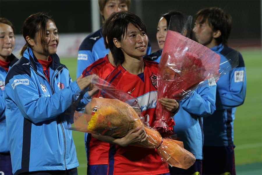 試合後に壮行セレモニーが行われ、MF田中陽子が思いを語った【写真:Football ZONE web】