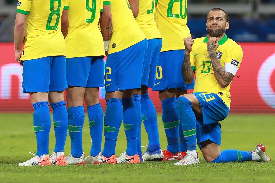 """ブラジル代表の主将DFアウベス、アルゼンチン代表FWメッシのFKで見せた""""変顔ポーズ""""の決定的瞬間【写真:Getty Images】"""
