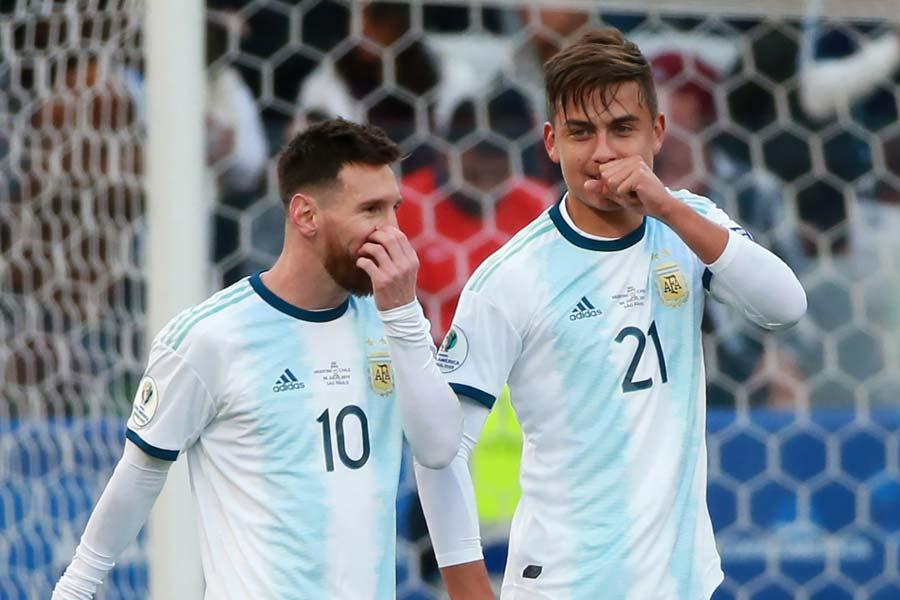 (左から)アルゼンチン代表FWメッシ、FWディバラ【写真:Getty Images】