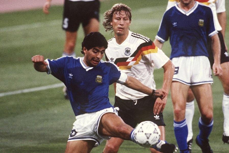 1990年W杯でマラドーナと対峙したブッフバルト氏【写真:Getty Images】