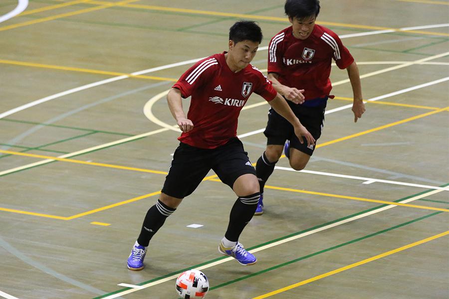 スペイン1部リーグのコルドバでプレーするFP清水和也(写真左)【写真:河合拓/Futsal X】