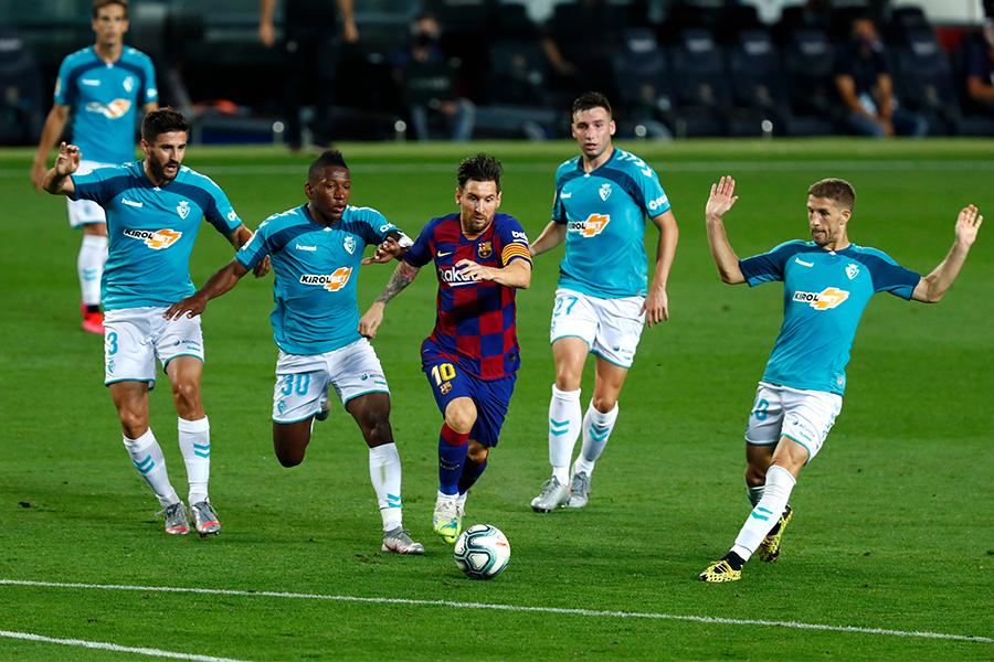 相手選手に囲まれながらもドリブル突破をするバルセロナFWリオネル・メッシ【写真:AP】