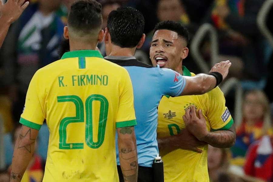 ブラジル代表FWジェズスが抗議するも判定は覆らなかった【写真:AP】
