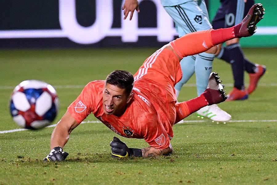 ピンボールのようなオウンゴールを浴びたLAギャラクシーGKビンガム【写真:Getty Images】