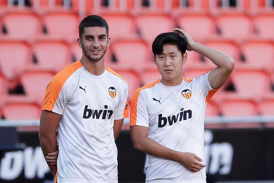 スペインU-21代表MFフェラン・トーレス(左)と韓国代表MFイ・ガンイン【写真:Getty Images】
