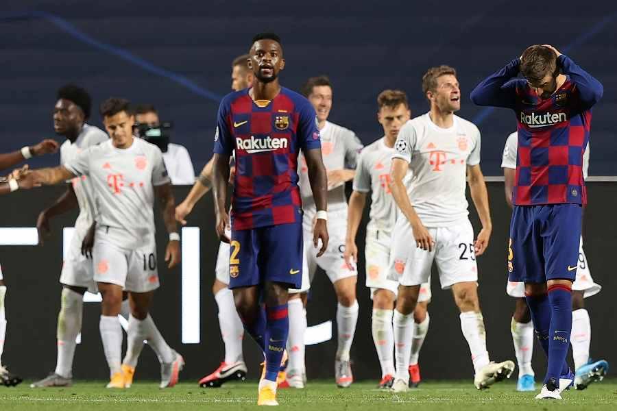 バイエルンに8失点を喫し呆然とするバルセロナの選手たち【写真:AP】