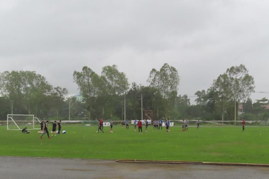 日本代表の練習中にスコールが…【写真:Football ZONE web】