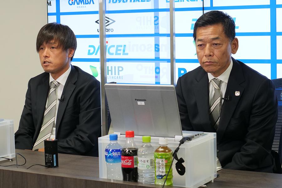 ジュビロ磐田へ期限付き移籍を発表したMF遠藤保仁と小野忠史社長【写真:ⓒ GAMBA OSAKA】