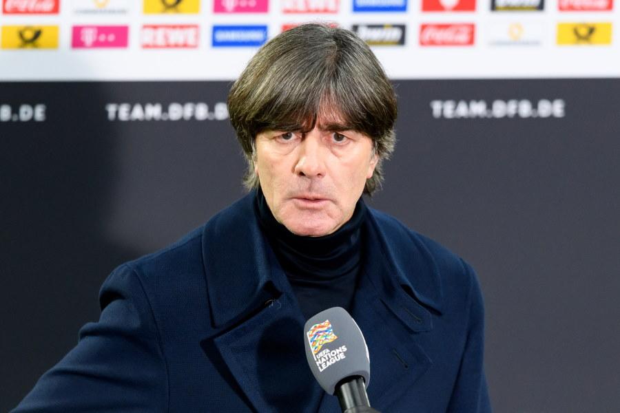 厳しい質問に答えるドイツ代表ヨアヒム・レーブ監督【写真:Getty Images】