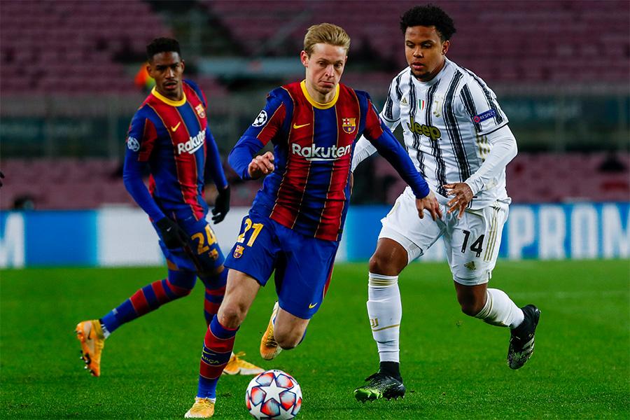 FCバルセロナでプレーするMFフレンキー・デ・ヨングにバイエルンが興味か【写真:AP】