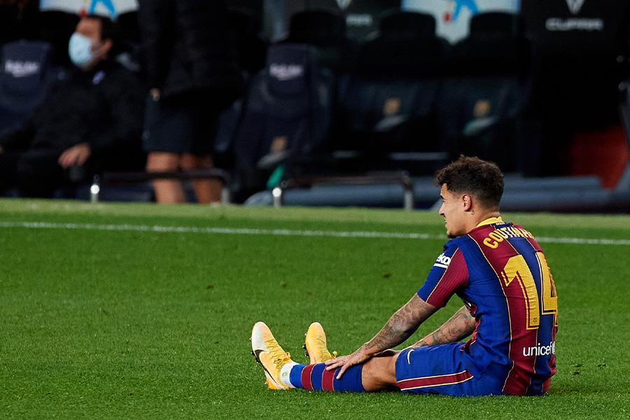 エイバル戦で負傷し交代となったバルセロナMFフィリペ・コウチーニョ【写真:Getty Images】