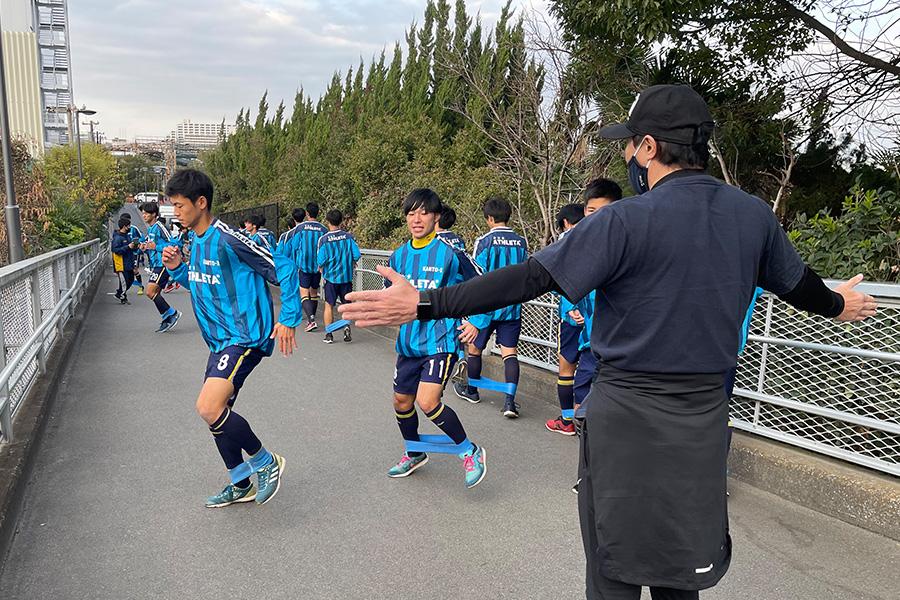 木場氏の指導による坂道トレーニングで選手権に臨む選手のフィジカルを鍛えた【写真:Football ZONE web】