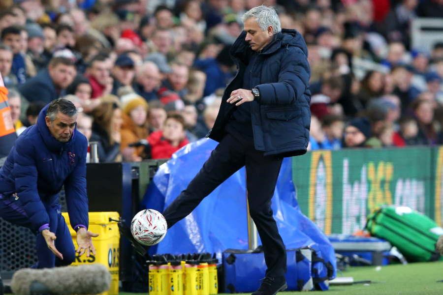 モウリーニョ監督がFAカップ公式ボール「デルタマックス」に触れる様子【写真:Getty Images】
