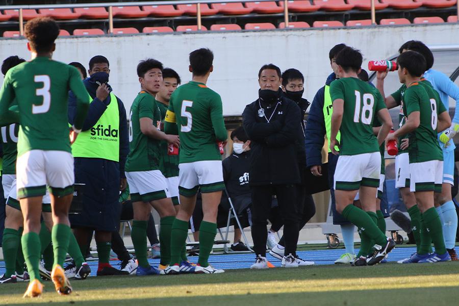 青森山田の黒田剛監督(写真中央右)がチームにとっての初戦を振り返った【写真:Football ZONE web】