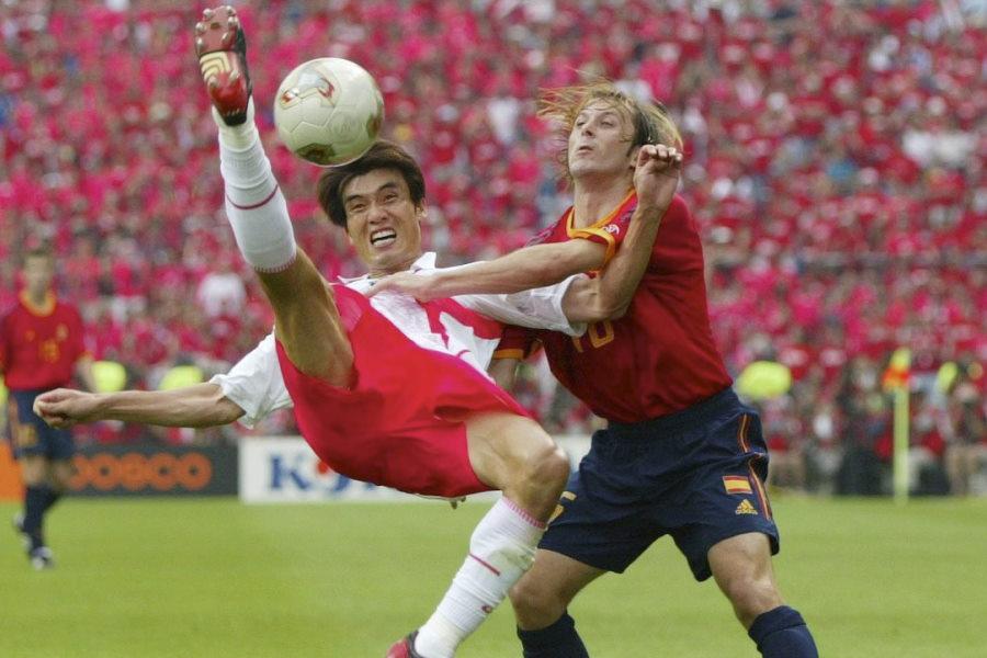 スペインは日韓W杯準々決勝で韓国と対戦、疑惑の判定が物議を醸した【写真:Getty Images】