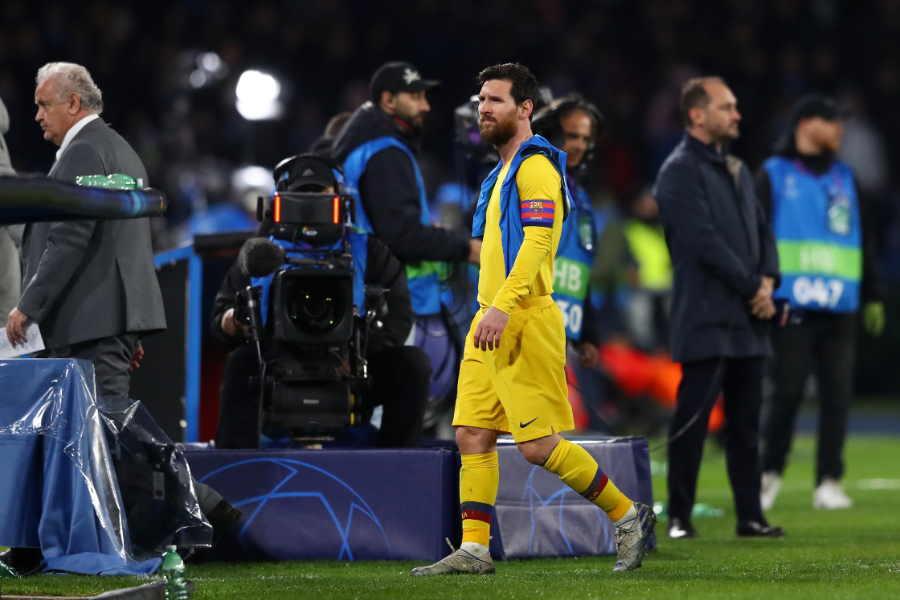 試合終了後、ピッチから引き上げるバルセロナFWリオネル・メッシ【写真:Getty Images】