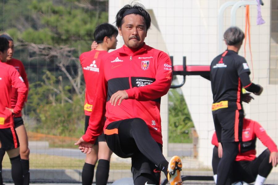 初めてボールを蹴る姿を見せた浦和レッズ不動のエースFW興梠慎三【写真:轡田 哲朗】