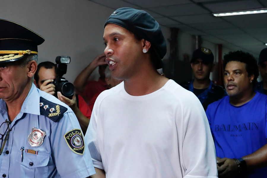 パラグアイの刑務所で拘束された元ブラジル代表FWロナウジーニョ氏【写真:AP】