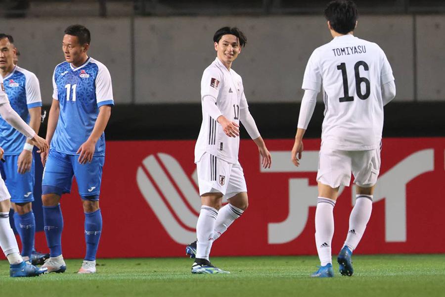 先制ゴールを決めた日本代表MF南野拓実(写真中央)【写真:高橋 学】