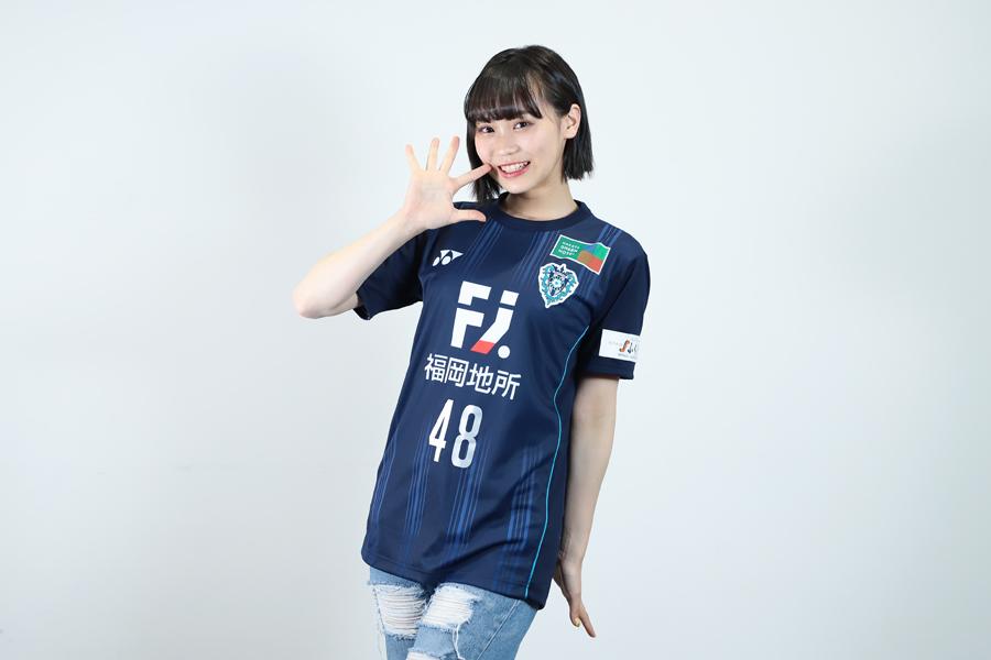 アビスパ福岡の公式アンバサダーを務めるアイドルグループ「HKT48」の豊永阿紀さん【写真:荒川祐史】