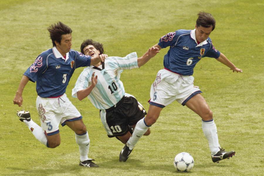 フランスW杯で日本の守備を支えた山口(写真右)【写真:Getty Images】