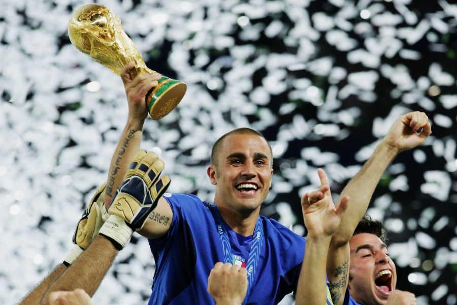 2006年W杯を制し、優勝トロフィーを掲げるファビオ・カンナバーロ氏【写真:Getty Images】