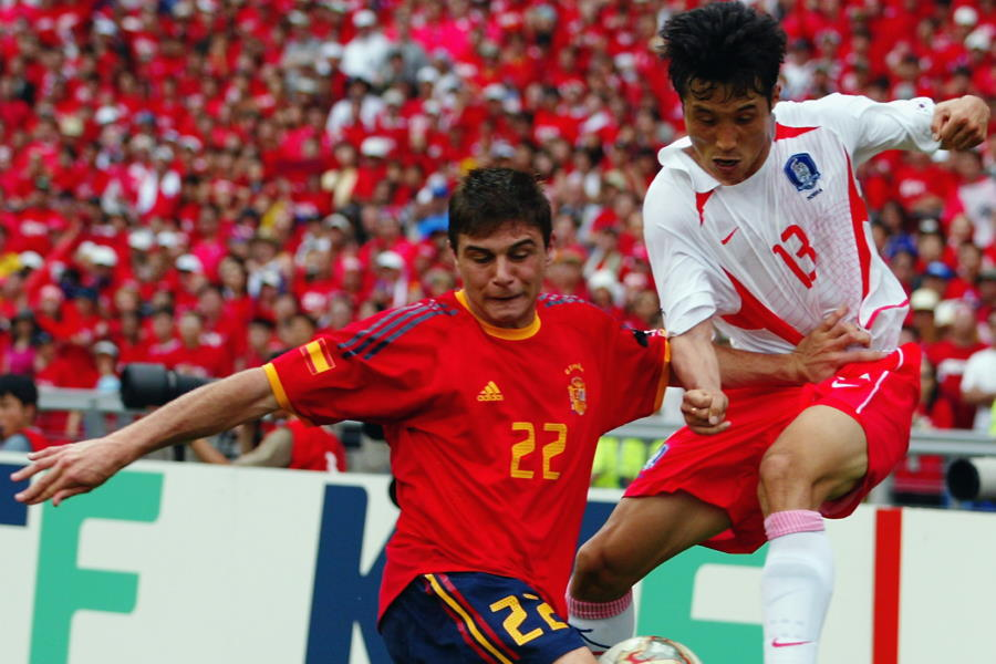 日韓W杯時代、韓国と対戦した元スペイン代表MFホアキン・サンチェス(左)【写真:Getty Images】
