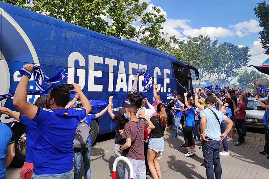ヘタフェのバスを迎え入れるサポーターたち【写真:高橋智行】