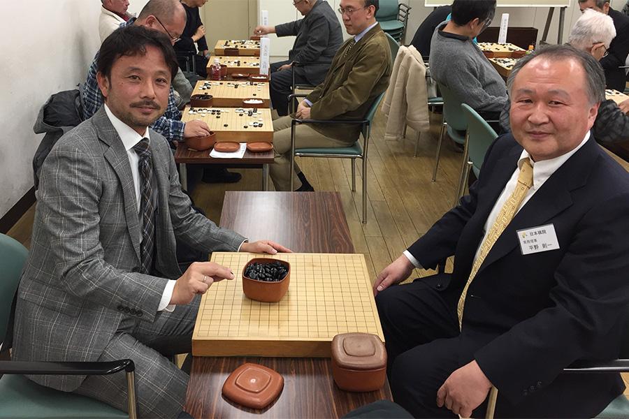 埼玉大の菊原伸郎准教授(左)が日本棋院の平野則一常務理事(右)と対局【写真:本人提供】