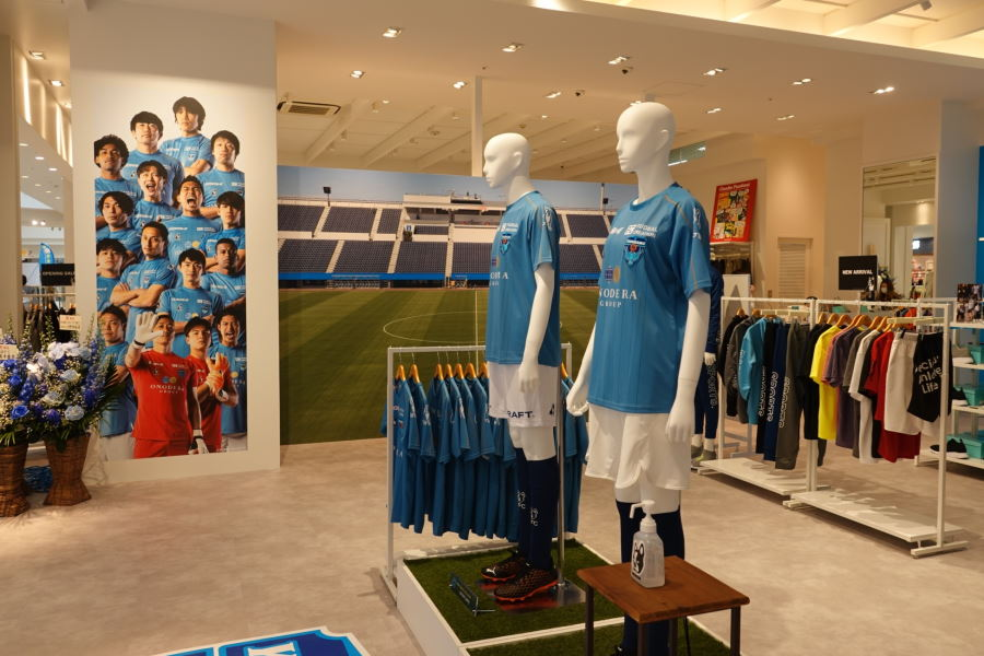 soccer junkyのブランド商品や横浜FCのグッズ展開がされている【写真:ⒸYOKOHAMA FC】