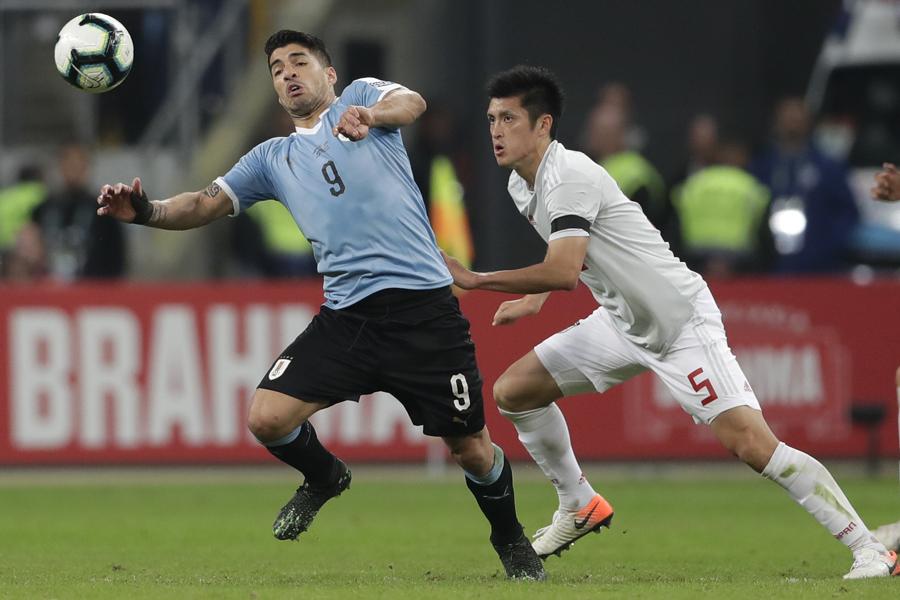 日本は難敵ウルグアイ相手に2-2で引き分けた【写真:AP】