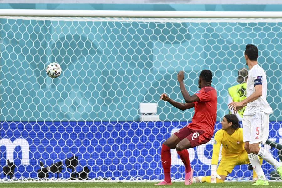 スイス代表MFデニス・ザカリアのOGの瞬間【写真:AP】